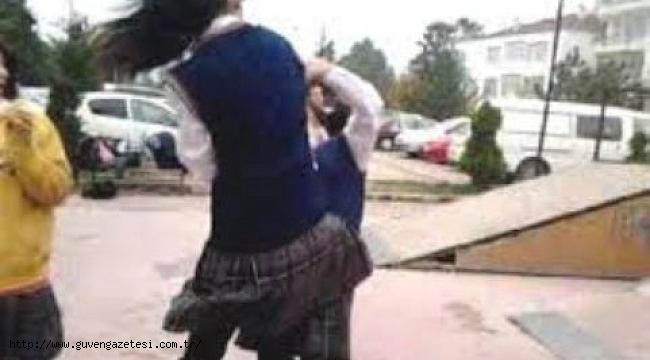 Liseli Kızların Kavgasını Erkekler Zor Ayırdı