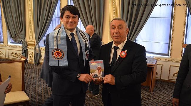 """Serdar Ünsal """"Yüreğim İrevan'da Kaldı"""" Romanını Diaspora Bakanı Fuat Muratov'a Hediye Etti"""