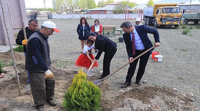 Iğdır Belediyesinin Kütüphanesinde Ağaç ve Çiçek Ekimi Yapıldı