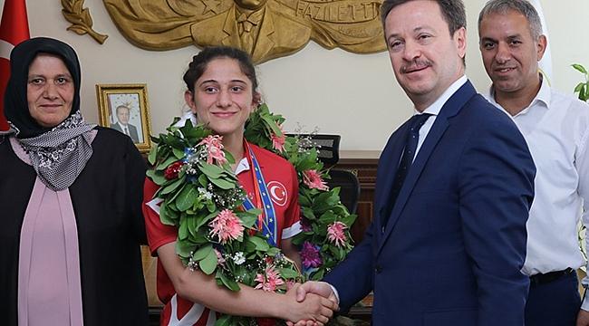 Vali Ünlü Avrupa Şampiyonu Sporcuyu Ödüllendirdi