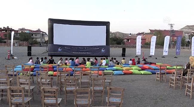 Tuzluca'da Köy Çocukları İlk Kez Açık Havada Sinema İzledi
