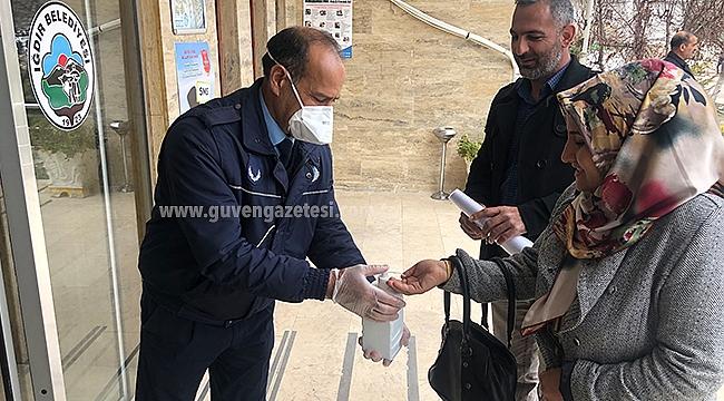 Iğdır Belediyesi Vatandaşları Dezenfektan İle Karşılıyor