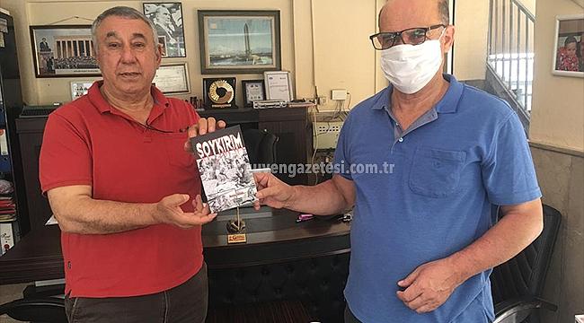 """Serdar Ünsal """"Soykırım"""" Kitabını Gazeteci İsmail Aras'a Hediye Etti"""
