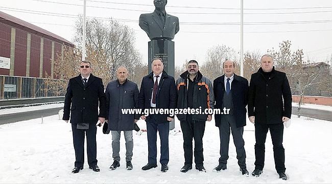 Azerbaycan Heyetinden Aliyev'in Anıtına Ziyaret